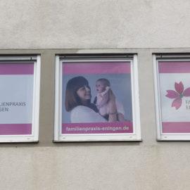 Familienpraxis Eningen: wir haben eine neue Fensterbeklebung!